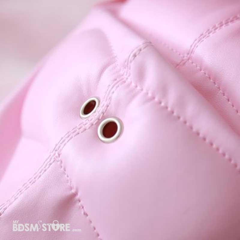 Capucha de cuero sintético rosa de privación sensorial para control de la respiración con hebillas para candado detalle
